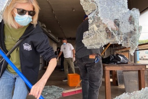 Following Chaotic Night In LA, Strangers Come Together To Start The Cleanup