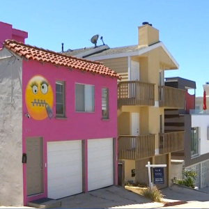 People In Manhattan Beach Are Really Mad About This Pink Emoji House