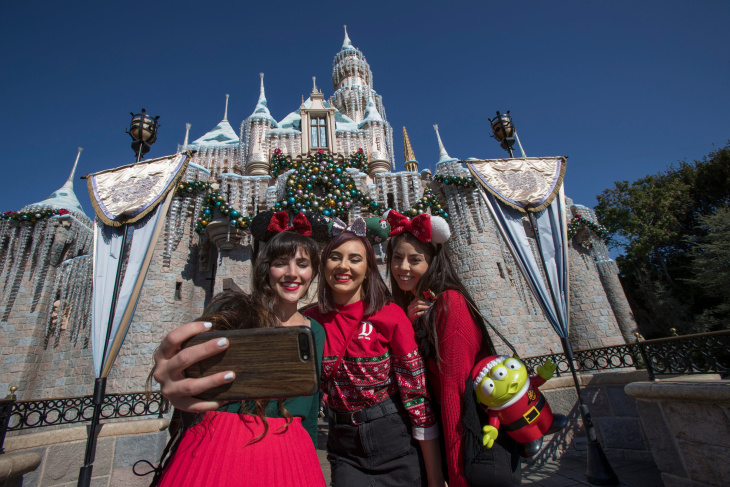 christmas at disneyland explained in 15 photos laist